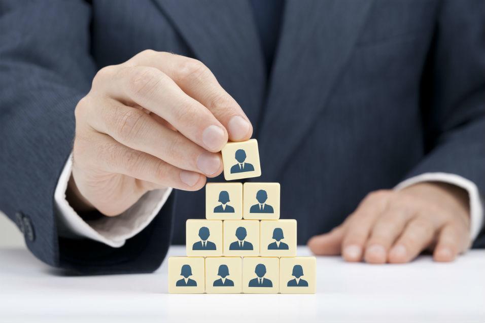 Fique atento na hora de contratar zeladores, porteiros, faxineiros, ...