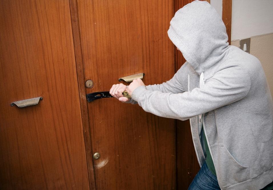 Ladrões jovens se passam por condôminos para invadir residenciais