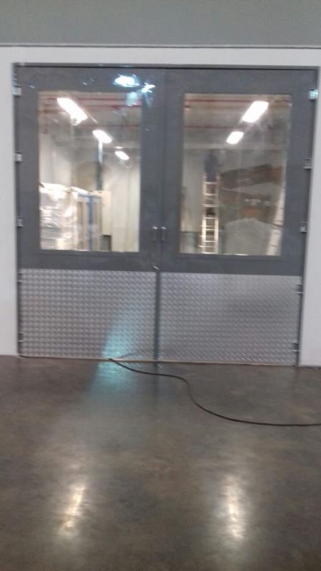 Foto - Porta de serralheira, com visores, pintura eletrostática, puxadores, protetores de inferiores.