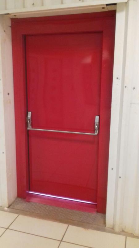 Foto - Porta corta fogo simples com barra, para saída de emergência em prédios comerciais, resistente ao fogo durante 90minutos, pintura a escolher, pode ser fabricada em duas folhas.