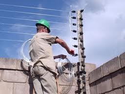 Foto - Venda e instalação de cercas eletrificas industriais, pois somos homologados e representantes da marca ALIARA fabricante dos equipamentos