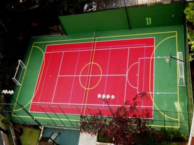 Foto - Quadra poliesportiva com pintura do piso para tênis e com demarcações para as outras modalidades.