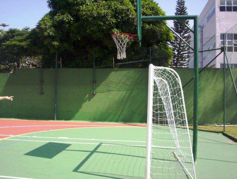 Foto - Estrutura de Basquete e trave de Futebol de Salão
