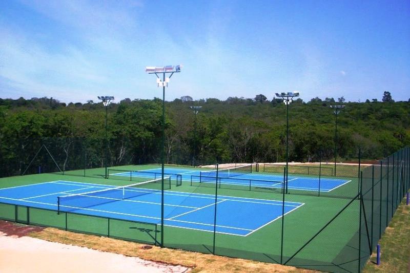 Foto - Iluminação quadra de tênis com 4 postes e 4 projetores por poste total 16 projetores