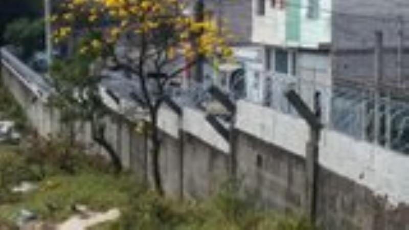Foto - Construção de muro com concertina para segurança industrial ( Petrobras)