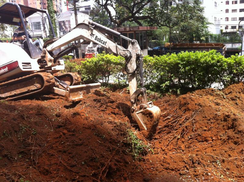 Foto - New Imper Engenharia - CE-Cheverny-mini-escavadeira-removendo-jardins