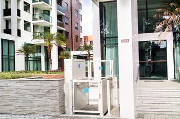 Foto - Conheça nossas soluções para mobilidade reduzida! Plataforma PNE200 - pode ser instalada em ambientes internos ou externos.
