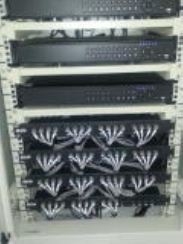 Foto - Rack com cabeamento para 64 câmeras organizado dentro dos padrões de cabeamento estruturado. Inclusive com certificação.