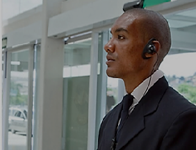 Foto - Alocamos funcionários capacitados e treinados que farão o controle de acesso de visitantes e/ou moradores, seja através de sistema inteligente ou manual garantindo a privacidade e acessibilidade segura.