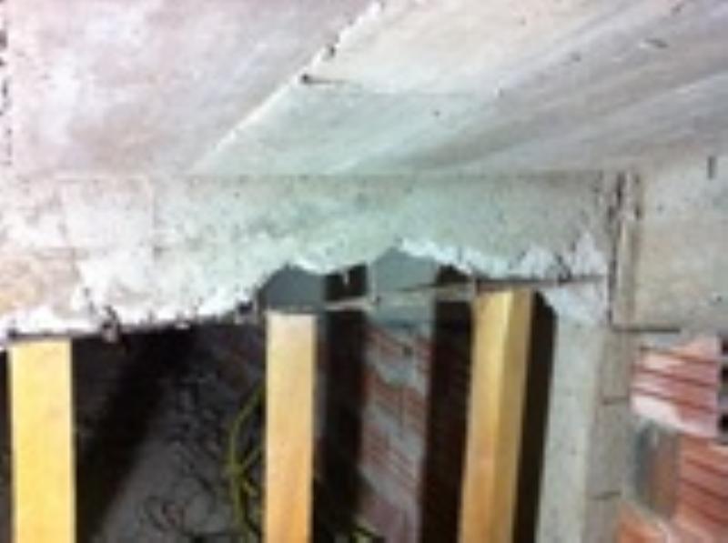 Foto - Escoramento emergencial de pilar rompido sob laje de auditorio