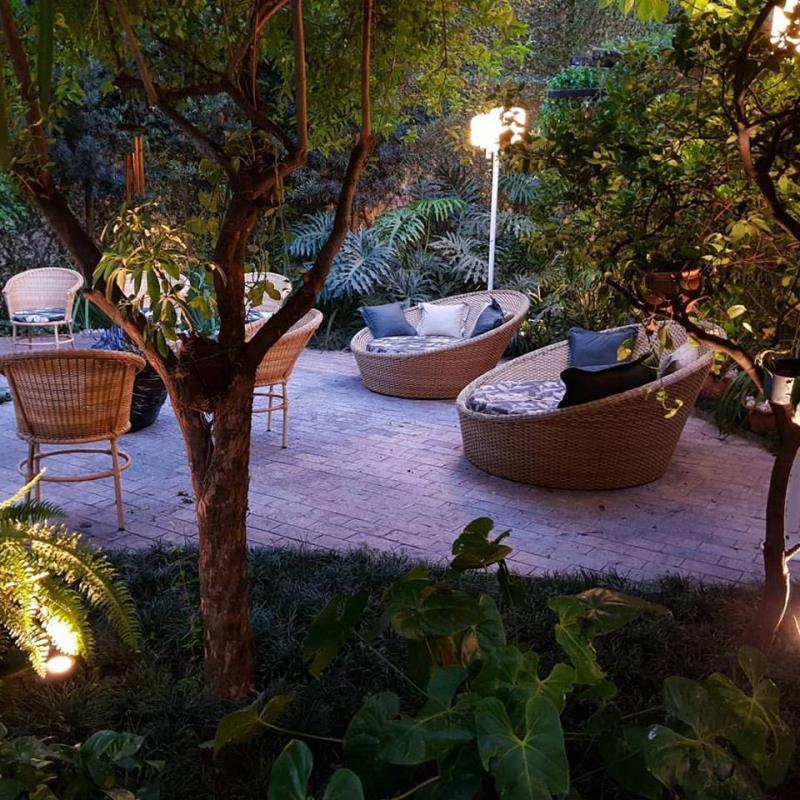 Foto - Manutenção de jardim iluminada.