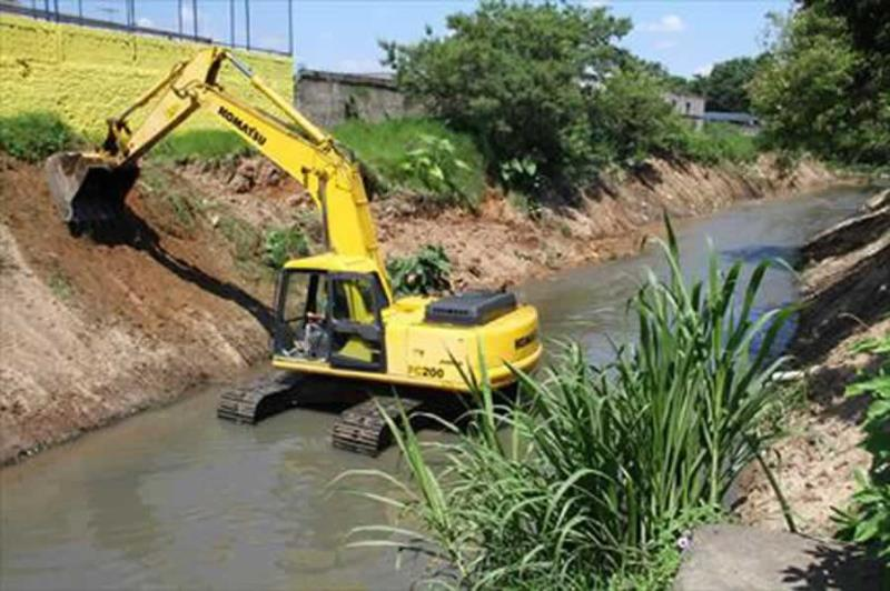 Foto - Realizamos limpeza de rios, córregos e lagoas com máquinas.
