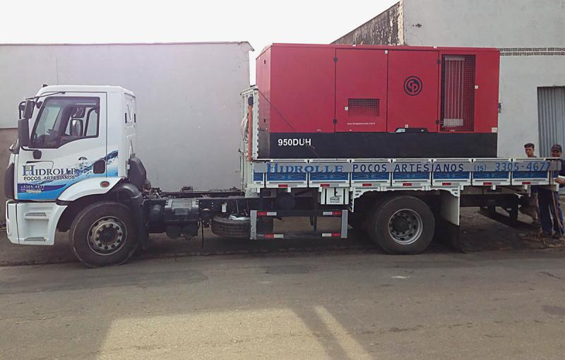 Foto - Caminhão equipado com compressor de alta pressão para perfuração de poços.