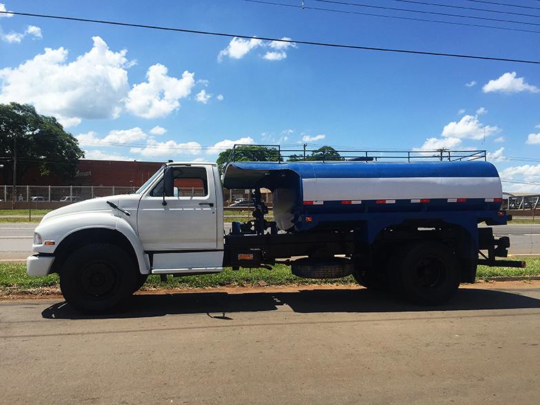 Foto - Caminhão pipa para fornecimento de água para perfuração.