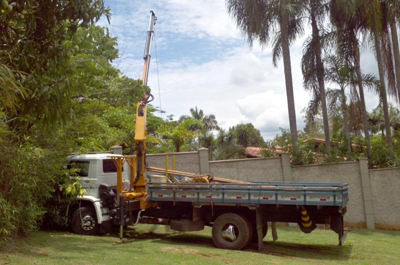 Foto - Caminhão equipado com guincho munck, para retirada de equipamento de bombeamento com difícil acesso a caminhão.