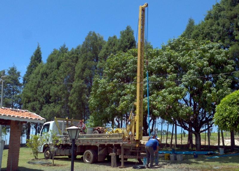 Foto - Caminhão equipado com guincho elétrico, para instalação de bombeamentos e serviços de manutenções em poços.