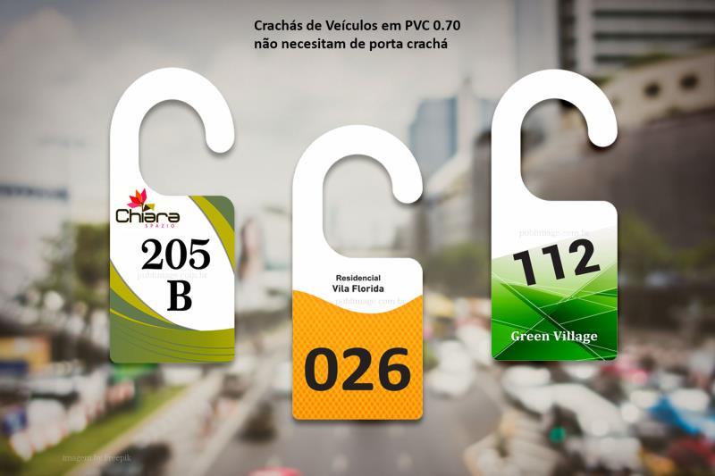 Foto - Crachás de veiculos em PVC/PS: duráveis e impressos com tinta UV com maior resistência a luz solar (desbotamentos).