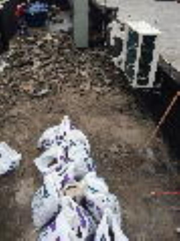 Foto - Remoção de entulho com sacos evitando sujeira e pó.