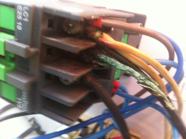 Foto - Contatora de Ar Condicionado 48000Btus em curto.Serviço de Elétrica prestado numa Loja de roupas infantis em Niterói