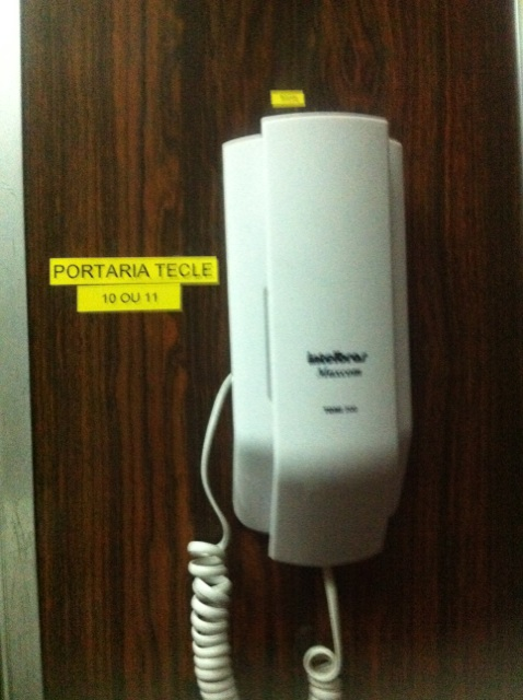 Foto - Identificação e instalação de interfones nos elevadores em condomínio no Leblon.