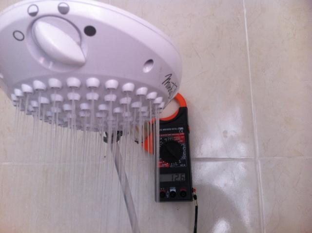 Foto - Verificação de amperagem do Chuveiro elétrico com alicate amperímetro.Instalação elétrica executada em apartamento no Bairro 25 de Agosto em Duque de Caxias.